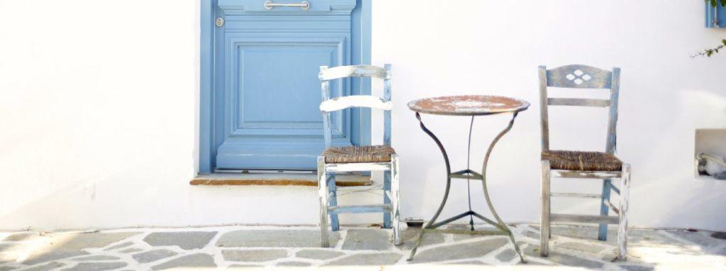 ドアと椅子