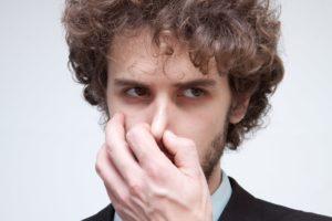 鼻をつまむ外人