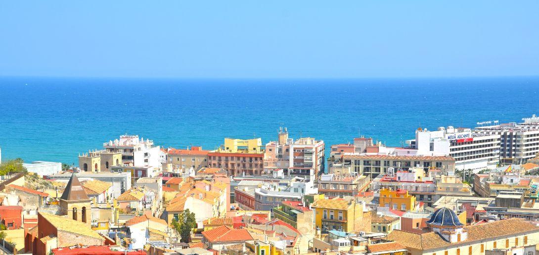 スペインの町と海