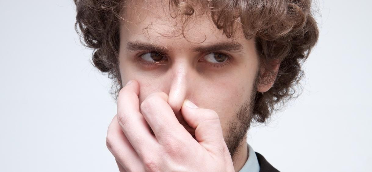鼻をつまむ外人男性