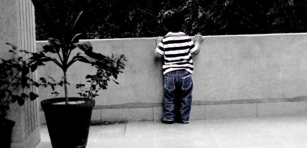 ベランダの少年