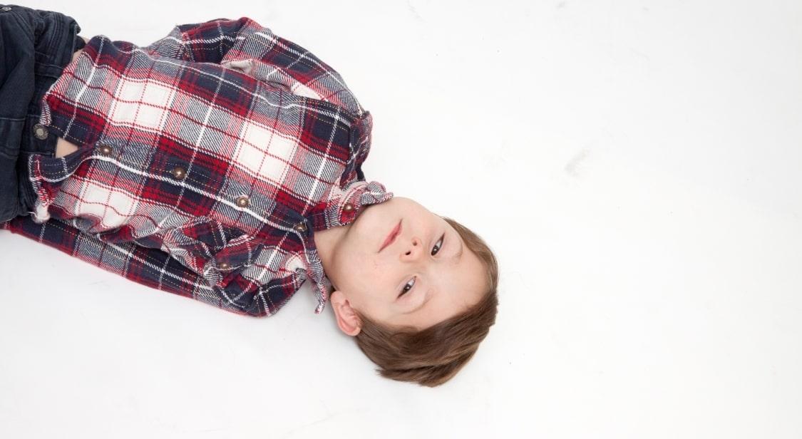 寝転ぶ少年